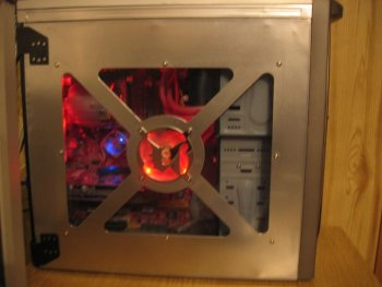 The side panel you can see how the side pannel is holding itself on the case ( te black holders, and some bending mods )